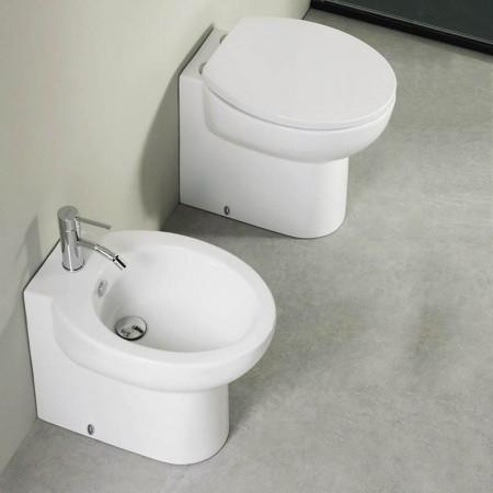 Coppia di sanitari filo muro Axa serie Prime con copriwater soft close a sgancio rapido